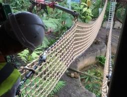 Touwbrug ophangen