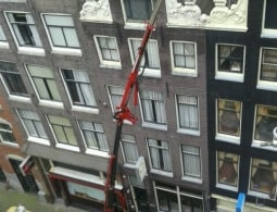 Amsterdamse gevel, compactkraan komt er bovenuit